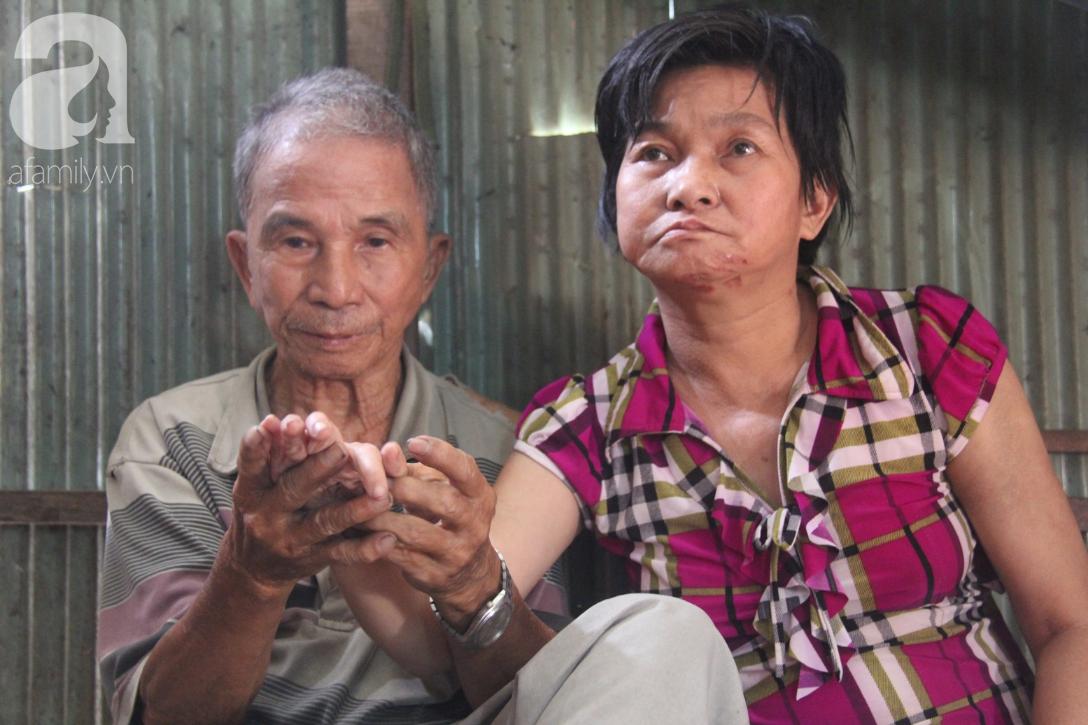 Người cha già còng lưng chăm con gái bệnh tật: Cuối đời, tôi mới được ăn một bữa cơm ngon - Ảnh 1.