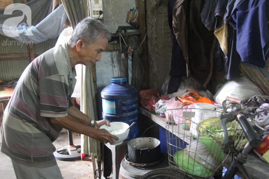 Người cha già còng lưng chăm con gái bệnh tật: Cuối đời, tôi mới được ăn một bữa cơm ngon - Ảnh 2.