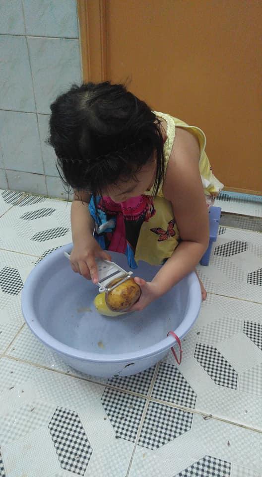 Dạy con làm việc nhà từ năm 2 tuổi, 4 tuổi bé gái đã biết làm mọi việc giúp mẹ, ai cũng phải trầm trồ - Ảnh 5.