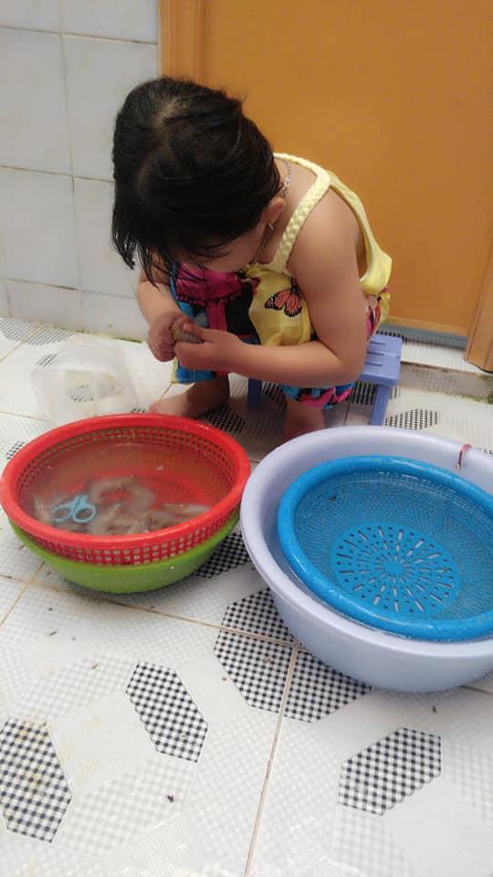 Dạy con làm việc nhà từ năm 2 tuổi, 4 tuổi bé gái đã biết làm mọi việc giúp mẹ, ai cũng phải trầm trồ - Ảnh 9.