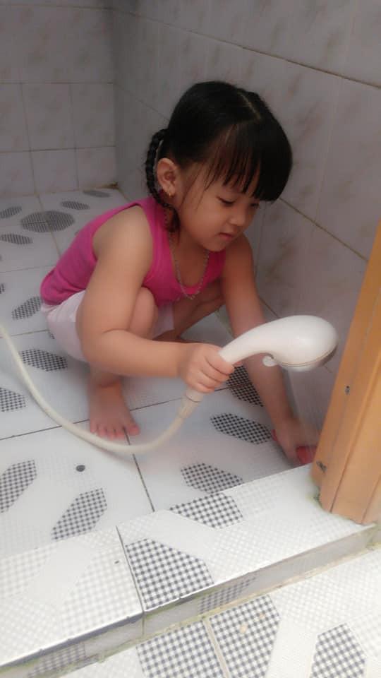 Dạy con làm việc nhà từ năm 2 tuổi, 4 tuổi bé gái đã biết làm mọi việc giúp mẹ, ai cũng phải trầm trồ - Ảnh 7.