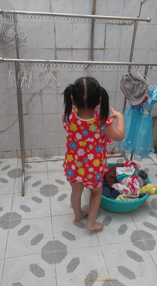 Dạy con làm việc nhà từ năm 2 tuổi, 4 tuổi bé gái đã biết làm mọi việc giúp mẹ, ai cũng phải trầm trồ - Ảnh 10.