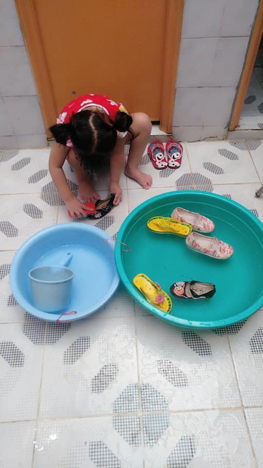 Dạy con làm việc nhà từ năm 2 tuổi, 4 tuổi bé gái đã biết làm mọi việc giúp mẹ, ai cũng phải trầm trồ - Ảnh 13.
