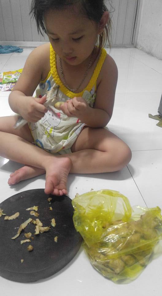 Dạy con làm việc nhà từ năm 2 tuổi, 4 tuổi bé gái đã biết làm mọi việc giúp mẹ, ai cũng phải trầm trồ - Ảnh 11.