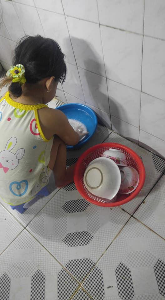 Dạy con làm việc nhà từ năm 2 tuổi, 4 tuổi bé gái đã biết làm mọi việc giúp mẹ, ai cũng phải trầm trồ - Ảnh 2.