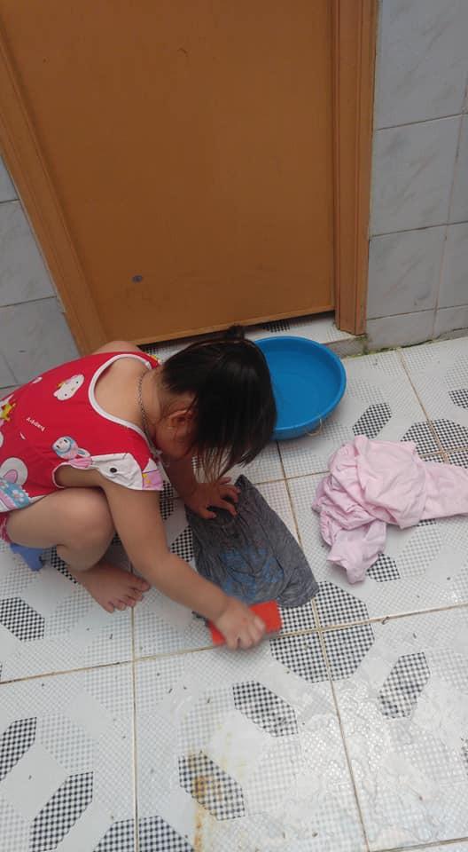 Dạy con làm việc nhà từ năm 2 tuổi, 4 tuổi bé gái đã biết làm mọi việc giúp mẹ, ai cũng phải trầm trồ - Ảnh 3.