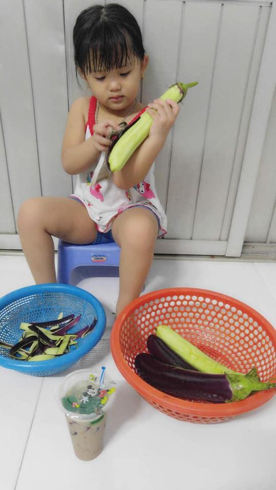 Dạy con làm việc nhà từ năm 2 tuổi, 4 tuổi bé gái đã biết làm mọi việc giúp mẹ, ai cũng phải trầm trồ - Ảnh 4.