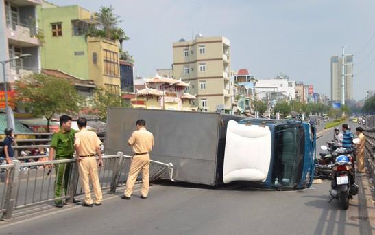 TP. HCM: Xe tải lật ngang trên cầu vượt Cây Gõ, 2 người bị thương nặng được đưa vào viện cấp cứu