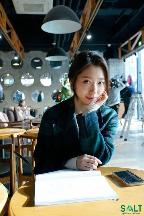 Tạm quên kết phim đáng phẫn nộ đi, Park Shin Hye trong hậu trường phim Ký ức Alhambra đáng yêu thế này đây - Ảnh 10.