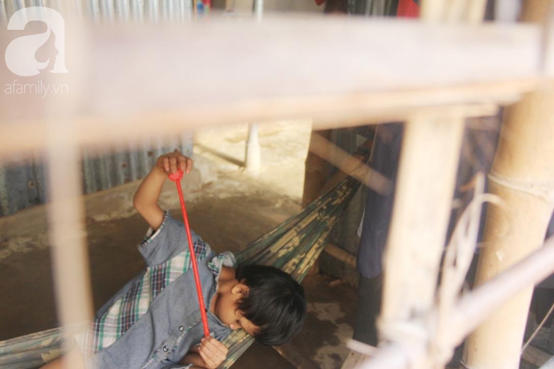 Bố bị chấn thương sọ não, con trai mù 6 tuổi gục đầu lên vai mẹ, ú ớ lấy lá dừa, hốt cát để ăn - Ảnh 3.