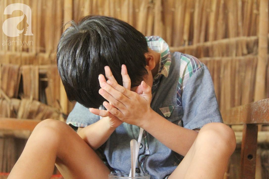 Bố bị chấn thương sọ não, con trai mù 6 tuổi gục đầu lên vai mẹ, ú ớ lấy lá dừa, hốt cát để ăn - Ảnh 4.