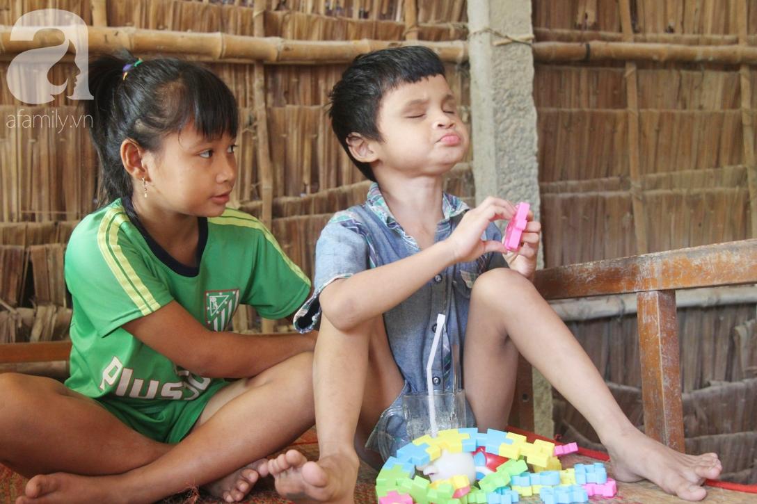 Bố bị chấn thương sọ não, con trai mù 6 tuổi gục đầu lên vai mẹ, ú ớ lấy lá dừa, hốt cát để ăn - Ảnh 11.