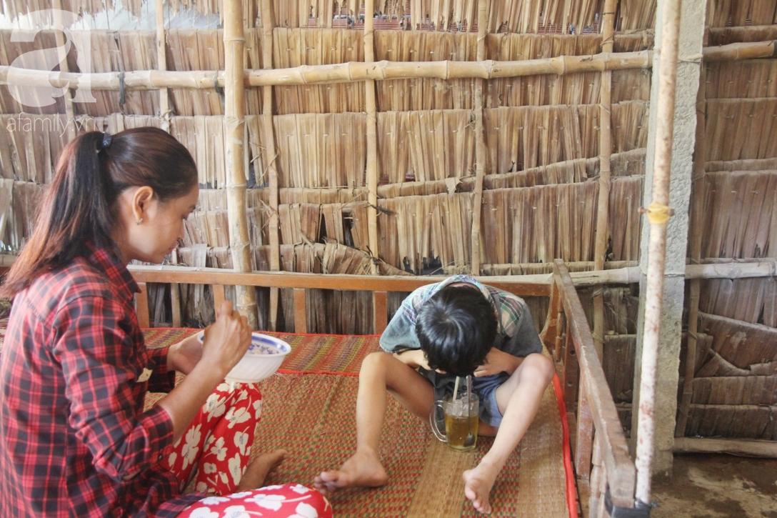 Bố bị chấn thương sọ não, con trai mù 6 tuổi gục đầu lên vai mẹ, ú ớ lấy lá dừa, hốt cát để ăn - Ảnh 5.