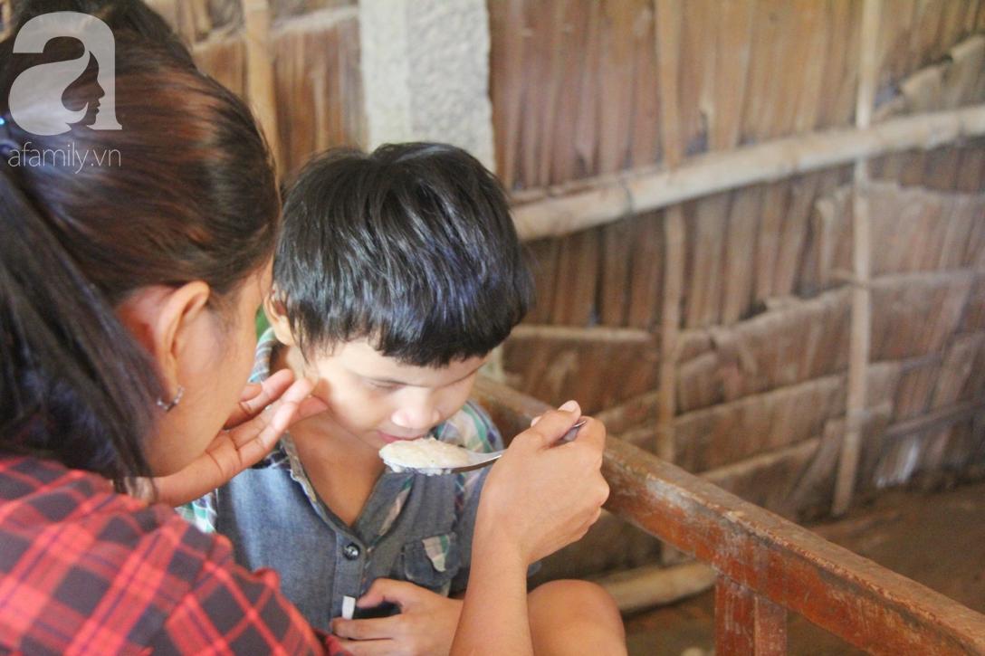 Bố bị chấn thương sọ não, con trai mù 6 tuổi gục đầu lên vai mẹ, ú ớ lấy lá dừa, hốt cát để ăn - Ảnh 15.