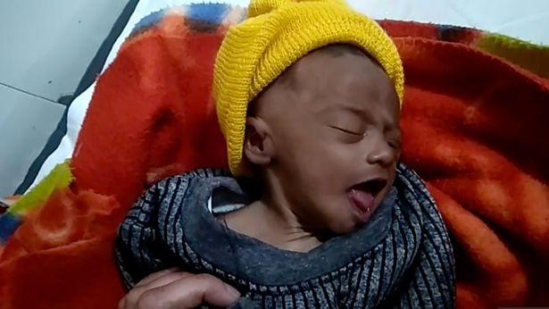 Bé sơ sinh 20 ngày tuổi sống sót kỳ diệu sau 3 tiếng bị mẹ chôn sống, lý do khiến mọi người thêm căm phẫn - Ảnh 4.