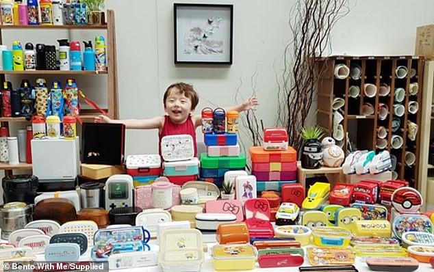 """Choáng với """"gia tài"""" đồ sộ toàn những hộp cơm và dụng cụ làm cơm bento của bà gốc Việt dành cho con trai nhỏ - Ảnh 2."""
