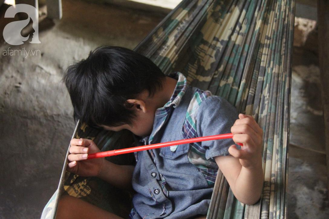 Nụ cười hạnh phúc của bé trai 6 tuổi mù lòa bên người bố tật nguyền mà mẹ không có tiền chữa trị - Ảnh 5.