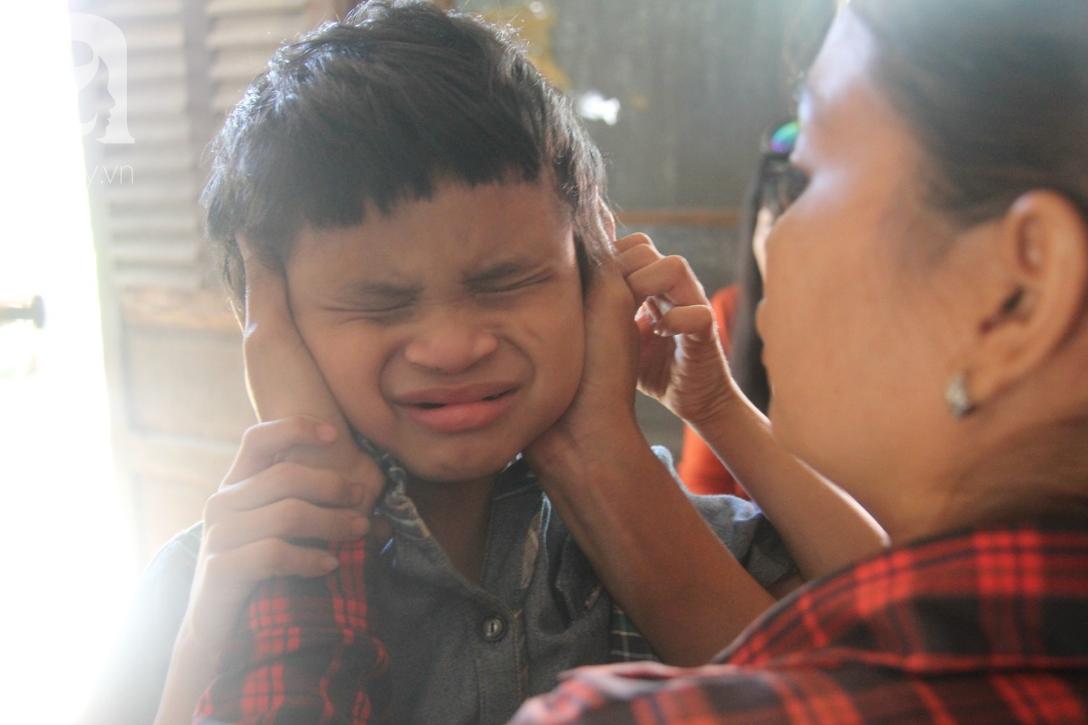 Nụ cười hạnh phúc của bé trai 6 tuổi mù lòa bên người bố tật nguyền mà mẹ không có tiền chữa trị - Ảnh 6.