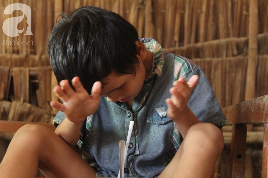 Nụ cười hạnh phúc của bé trai 6 tuổi mù lòa bên người bố tật nguyền mà mẹ không có tiền chữa trị - Ảnh 2.