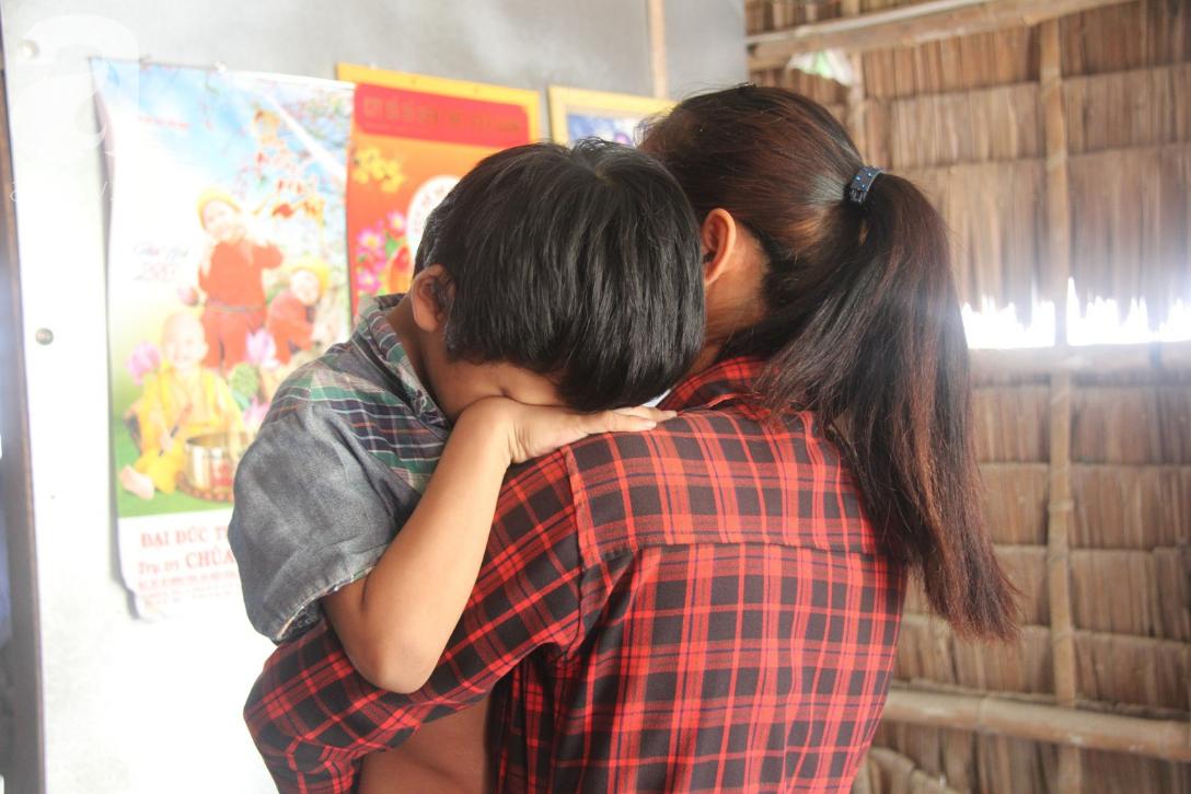 Nụ cười hạnh phúc của bé trai 6 tuổi mù lòa bên người bố tật nguyền mà mẹ không có tiền chữa trị - Ảnh 3.
