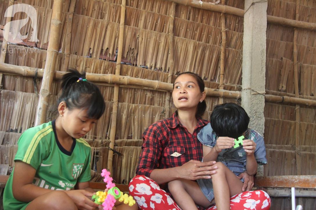Nụ cười hạnh phúc của bé trai 6 tuổi mù lòa bên người bố tật nguyền mà mẹ không có tiền chữa trị - Ảnh 4.