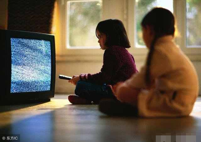 Trẻ con xem TV tưởng không hại nhưng hại không tưởng, đặc biệt với những đứa bé trong độ tuổi này - Ảnh 1.