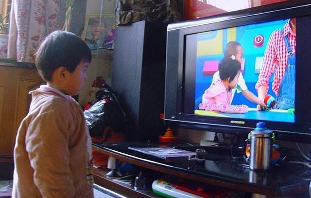 Trẻ con xem TV tưởng không hại nhưng hại không tưởng, đặc biệt với những đứa bé trong độ tuổi này - Ảnh 2.