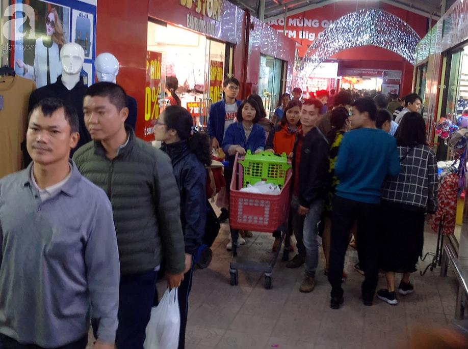 Vừa nhận lương + thưởng Tết, người Hà Nội tranh nhau mua sắm, siêu thị đông nghẹt thở lúc nửa đêm - Ảnh 1.
