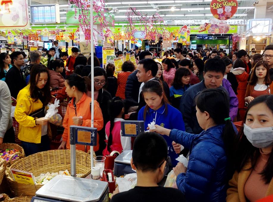 Vừa nhận lương + thưởng Tết, người Hà Nội tranh nhau mua sắm, siêu thị đông nghẹt thở lúc nửa đêm - Ảnh 2.