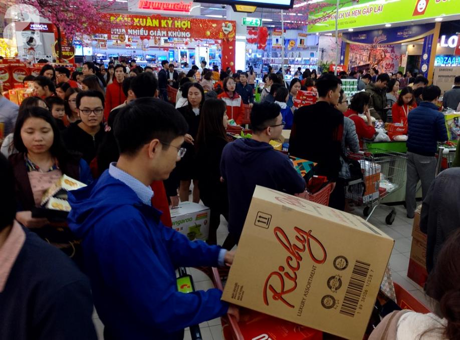 Vừa nhận lương + thưởng Tết, người Hà Nội tranh nhau mua sắm, siêu thị đông nghẹt thở lúc nửa đêm - Ảnh 3.