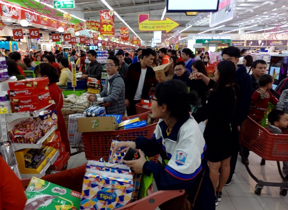 Vừa nhận lương + thưởng Tết, người Hà Nội tranh nhau mua sắm, siêu thị đông nghẹt thở lúc nửa đêm - Ảnh 4.