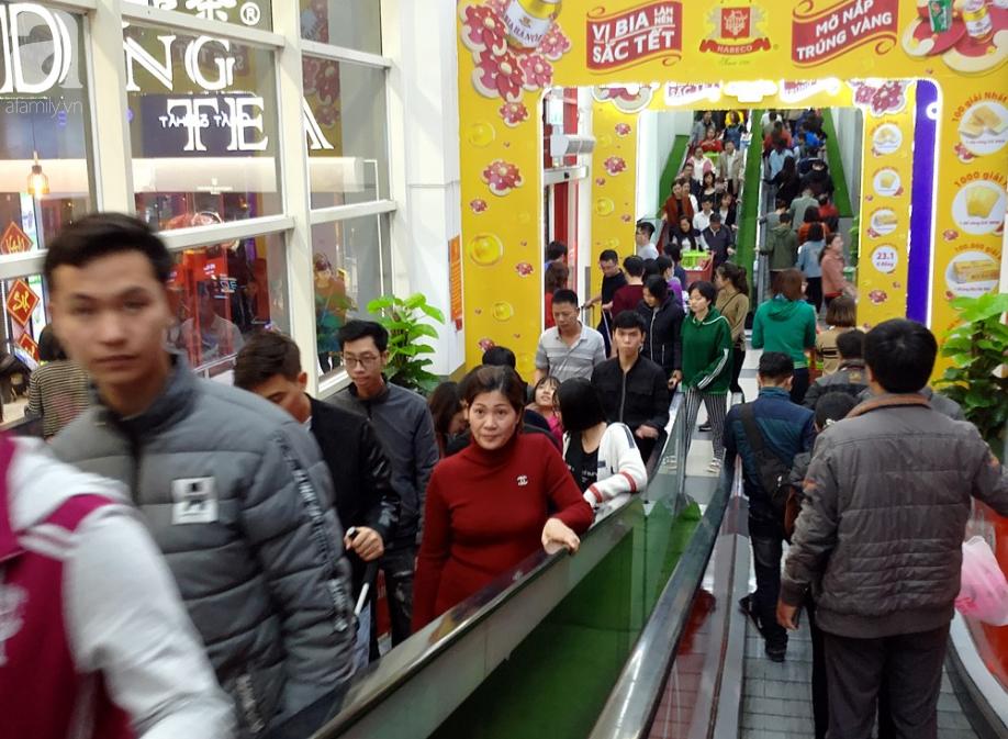 Vừa nhận lương + thưởng Tết, người Hà Nội tranh nhau mua sắm, siêu thị đông nghẹt thở lúc nửa đêm - Ảnh 5.
