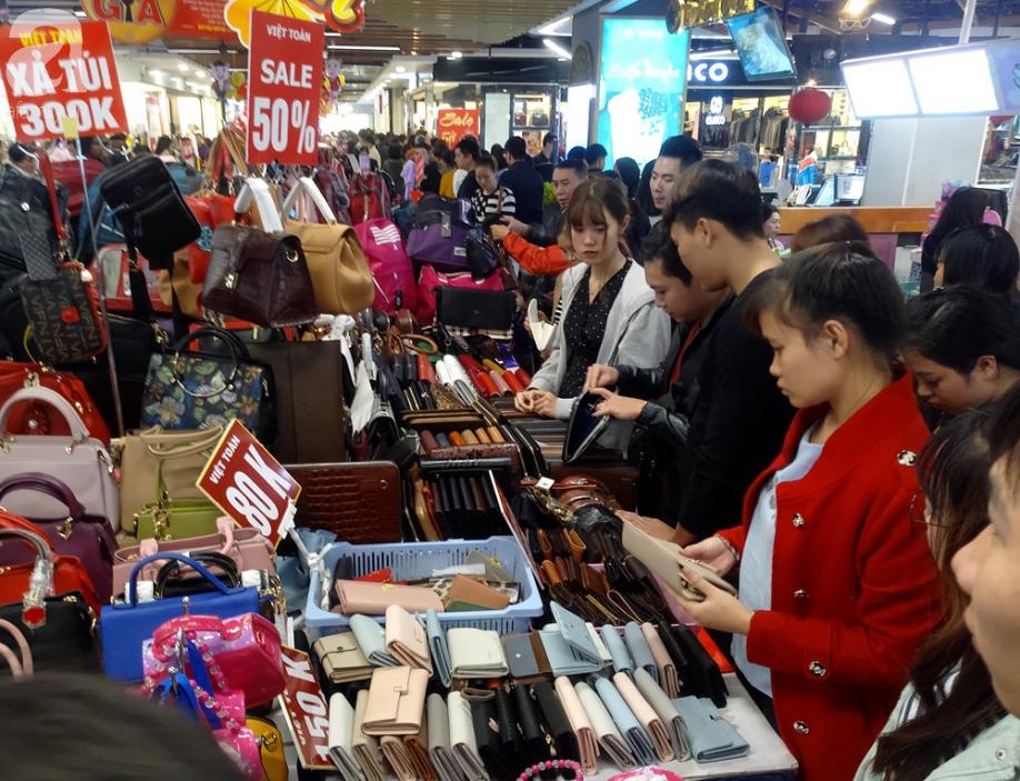 Vừa nhận lương + thưởng Tết, người Hà Nội tranh nhau mua sắm, siêu thị đông nghẹt thở lúc nửa đêm - Ảnh 6.