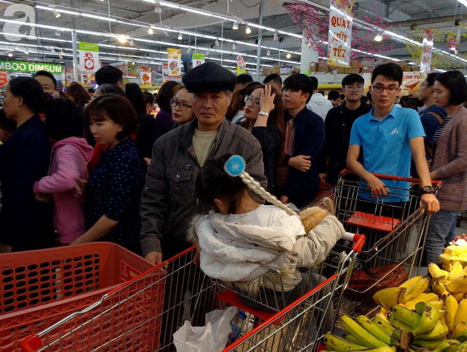 Vừa nhận lương + thưởng Tết, người Hà Nội tranh nhau mua sắm, siêu thị đông nghẹt thở lúc nửa đêm - Ảnh 8.