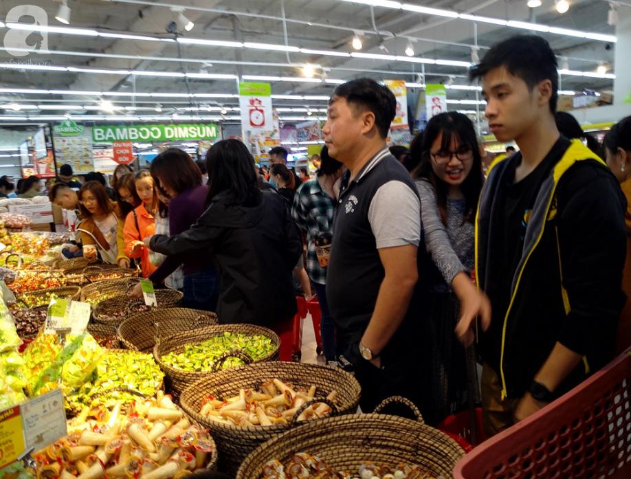 Vừa nhận lương + thưởng Tết, người Hà Nội tranh nhau mua sắm, siêu thị đông nghẹt thở lúc nửa đêm - Ảnh 9.