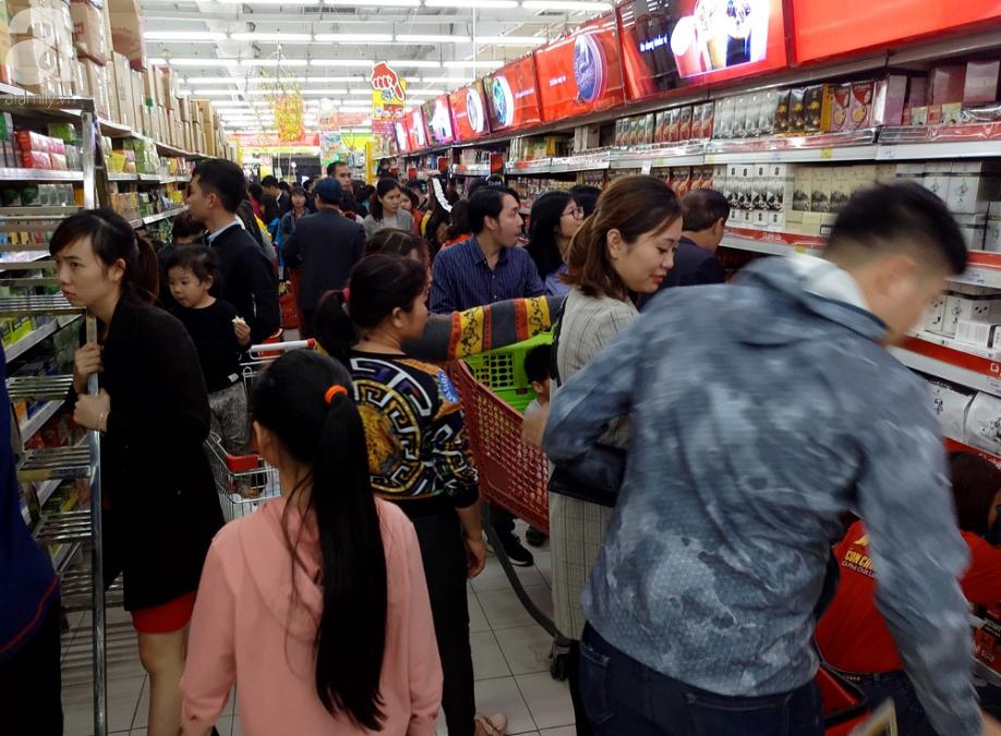Vừa nhận lương + thưởng Tết, người Hà Nội tranh nhau mua sắm, siêu thị đông nghẹt thở lúc nửa đêm - Ảnh 10.