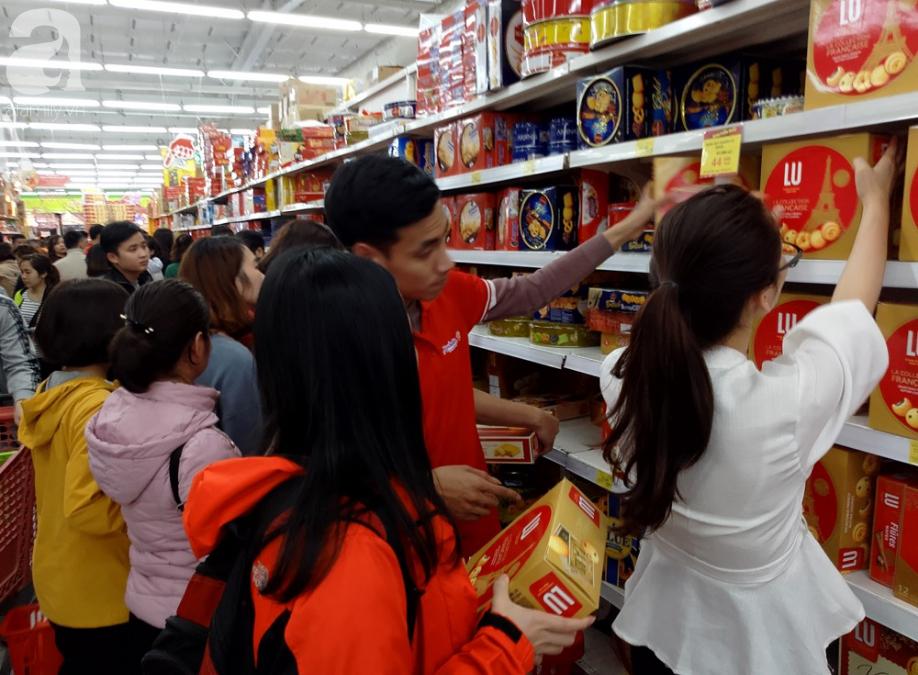 Vừa nhận lương + thưởng Tết, người Hà Nội tranh nhau mua sắm, siêu thị đông nghẹt thở lúc nửa đêm - Ảnh 11.