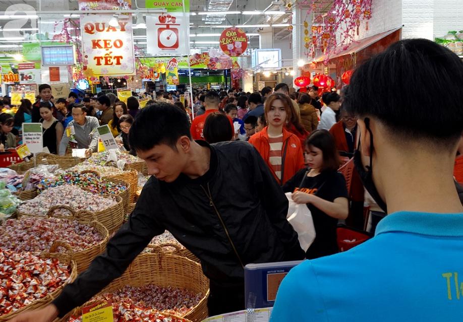 Vừa nhận lương + thưởng Tết, người Hà Nội tranh nhau mua sắm, siêu thị đông nghẹt thở lúc nửa đêm - Ảnh 12.