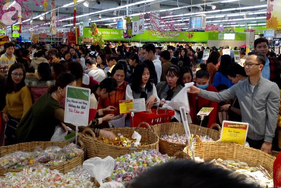 Vừa nhận lương + thưởng Tết, người Hà Nội tranh nhau mua sắm, siêu thị đông nghẹt thở lúc nửa đêm - Ảnh 13.