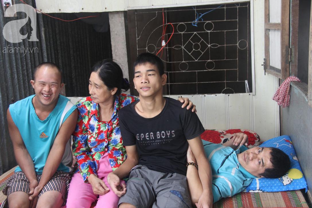 Người vợ nuôi chồng bại liệt cùng 2 con trai tâm thần: Tết này, con cô không còn nhịn đói nữa - Ảnh 1.
