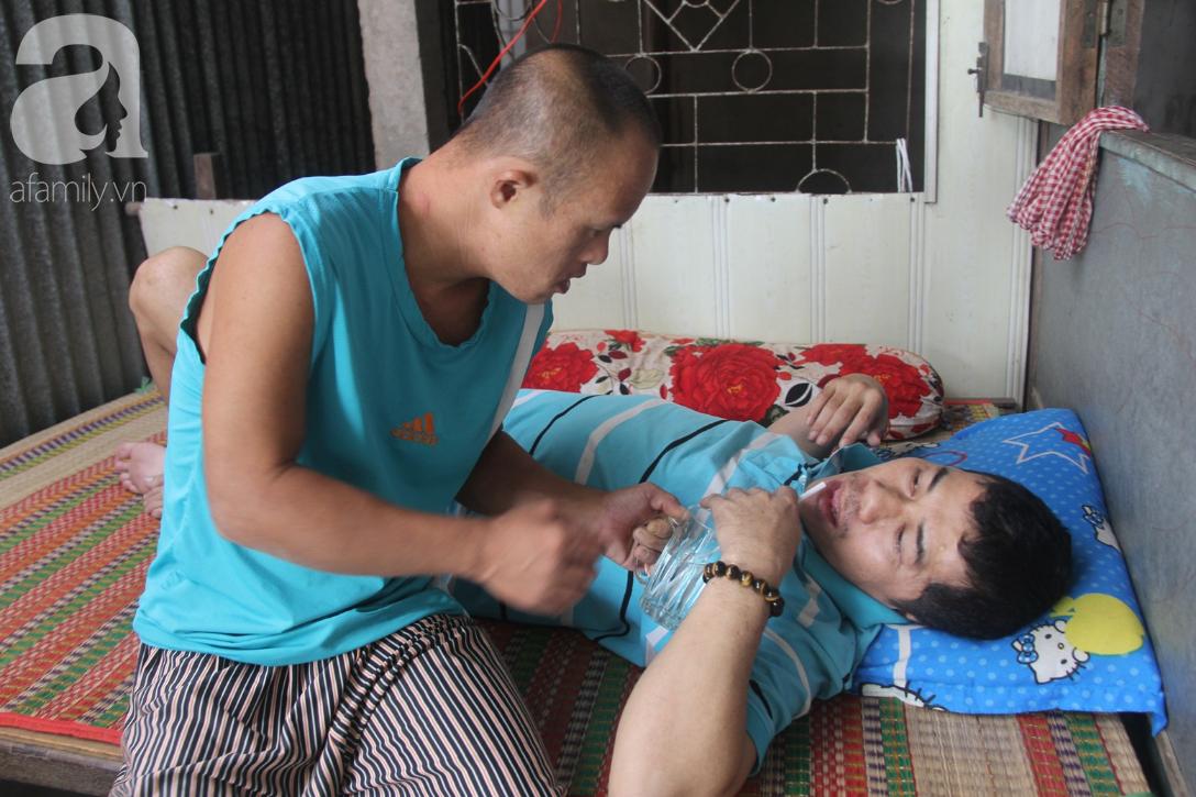 Người vợ nuôi chồng bại liệt cùng 2 con trai tâm thần: Tết này, con cô không còn nhịn đói nữa - Ảnh 4.