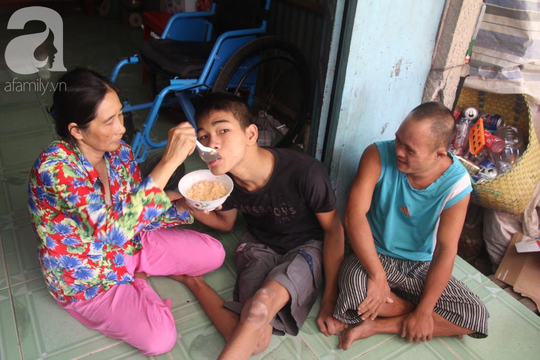 Người vợ nuôi chồng bại liệt cùng 2 con trai tâm thần: Tết này, con cô không còn nhịn đói nữa - Ảnh 8.