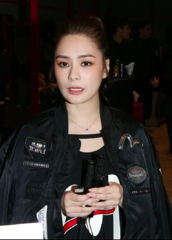 Lần đầu xuất hiện sau đám cưới, Chung Hân Đồng gây chú ý vì điều lạ này - Ảnh 2.