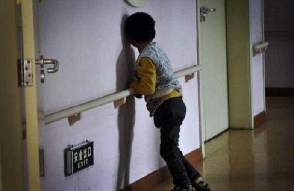 Bé 8 tháng tuổi học bò bỗng im lặng đờ đẫn, sau khi kiểm tra mẹ gào khóc phát hiện con bị bại não vì hành động của mình - Ảnh 2.