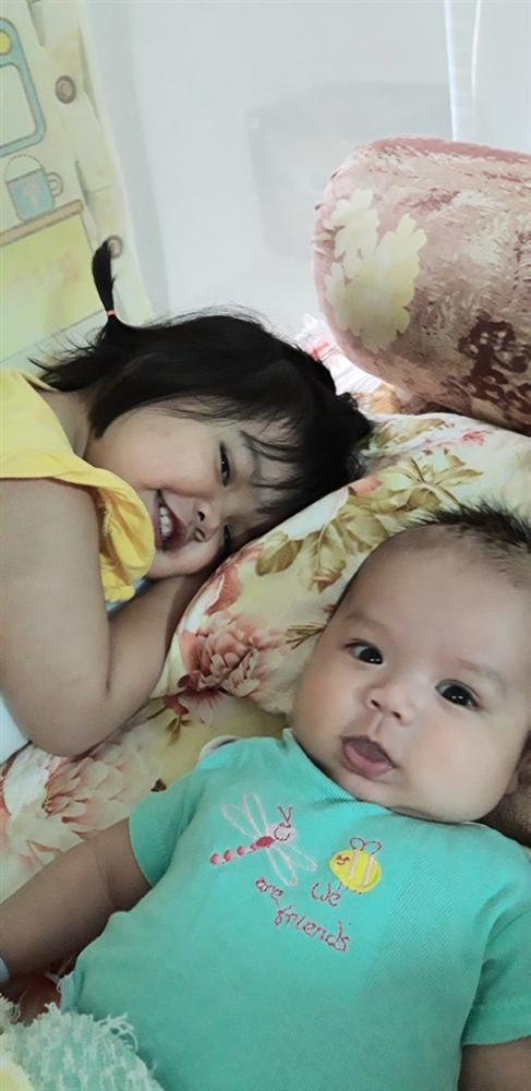 Nhờ con gái 2 tuổi rưỡi trông em trai, vừa vào nhà tắm chui ra, mẹ trẻ hốt hoảng vì cảnh tượng không ngờ - Ảnh 9.