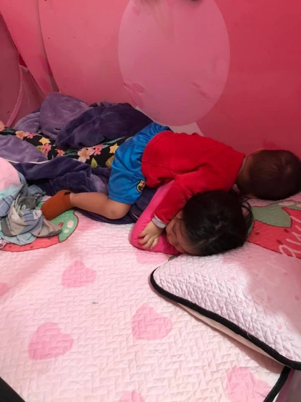 Nhờ con gái 2 tuổi rưỡi trông em trai, vừa vào nhà tắm chui ra, mẹ trẻ hốt hoảng vì cảnh tượng không ngờ - Ảnh 10.