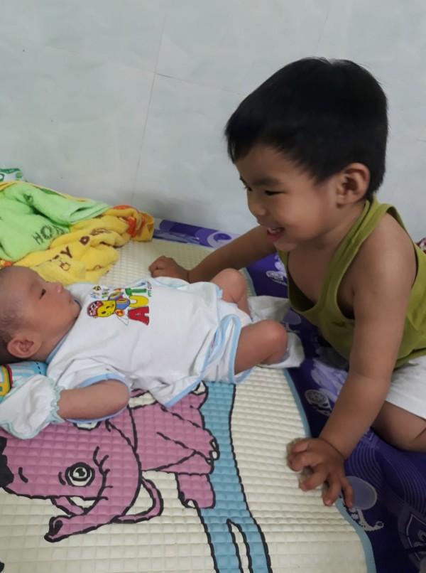 Nhờ con gái 2 tuổi rưỡi trông em trai, vừa vào nhà tắm chui ra, mẹ trẻ hốt hoảng vì cảnh tượng không ngờ - Ảnh 8.