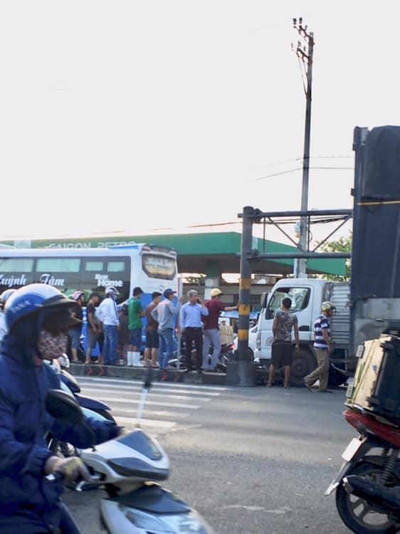 Hiện trường vụ xe tải tông hàng loạt xe máy dừng đèn đỏ giữa giao lộ Sài Gòn khiến nhiều người hoảng sợ - Ảnh 4.