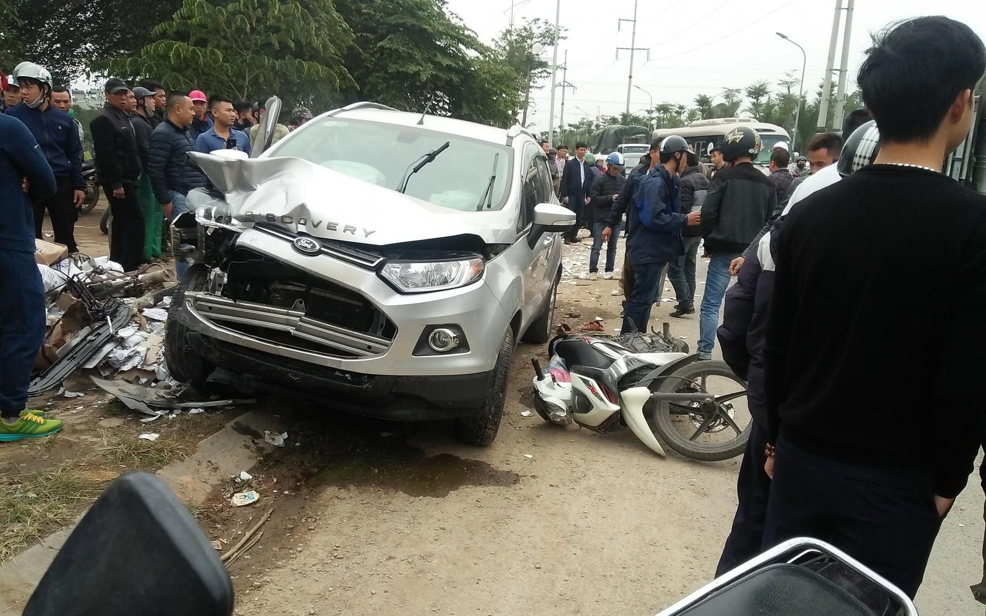 Hà Nội: Kinh hoàng xe điên tông trúng taxi, tiếp tục đâm nhiều xe máy, 3 nạn nhân nhập viện nguy kịch
