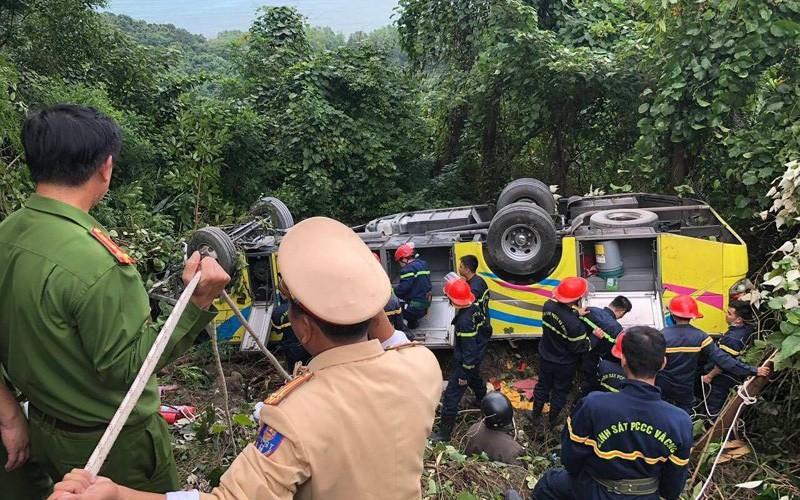 Xe chở sinh viên và giáo viên lao xuống vực ở đèo Hải Vân khiến hàng chục người bị thương